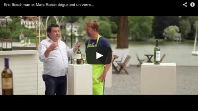 Eric et Marc dégustent un verre de Bordeaux Blanc au bord de l'eau